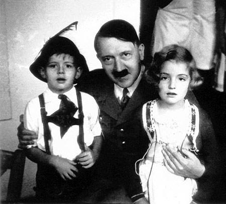 Hitler mit Opfern